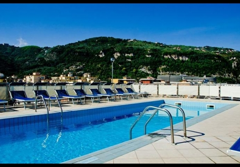 Hotels in sorrento italy with rooftop pools for Public swimming pools in naples florida